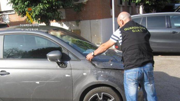 La Guardia Civil inspecciona el vehículo del accidente